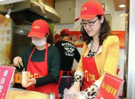 女大学生卖烤猪蹄月收入十万